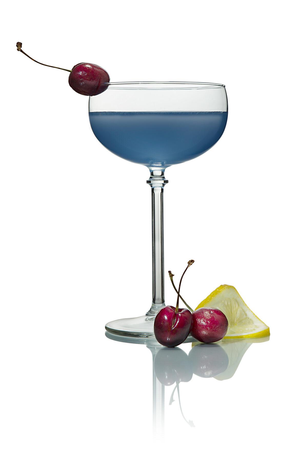 Aviator cocktail met garnering van citroen en kers