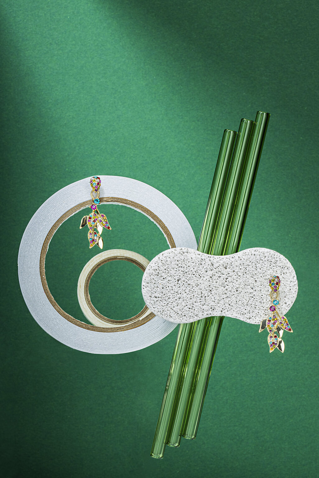 reclamefoto van twee oorstekers met kristallen